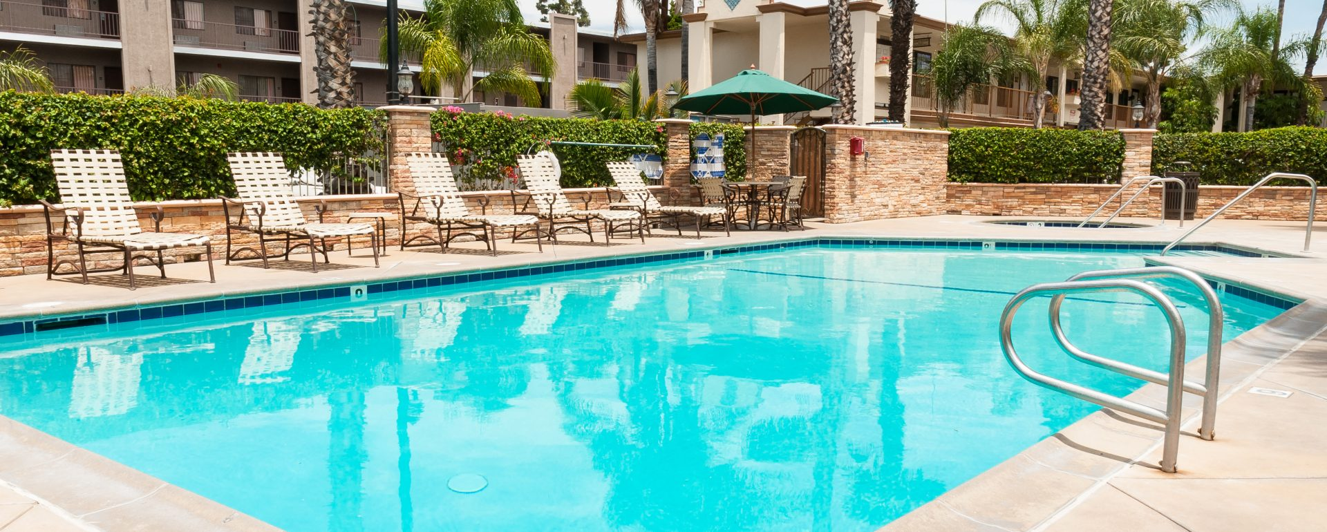 outdoor pool at Park Vue Inn located in Anaheim